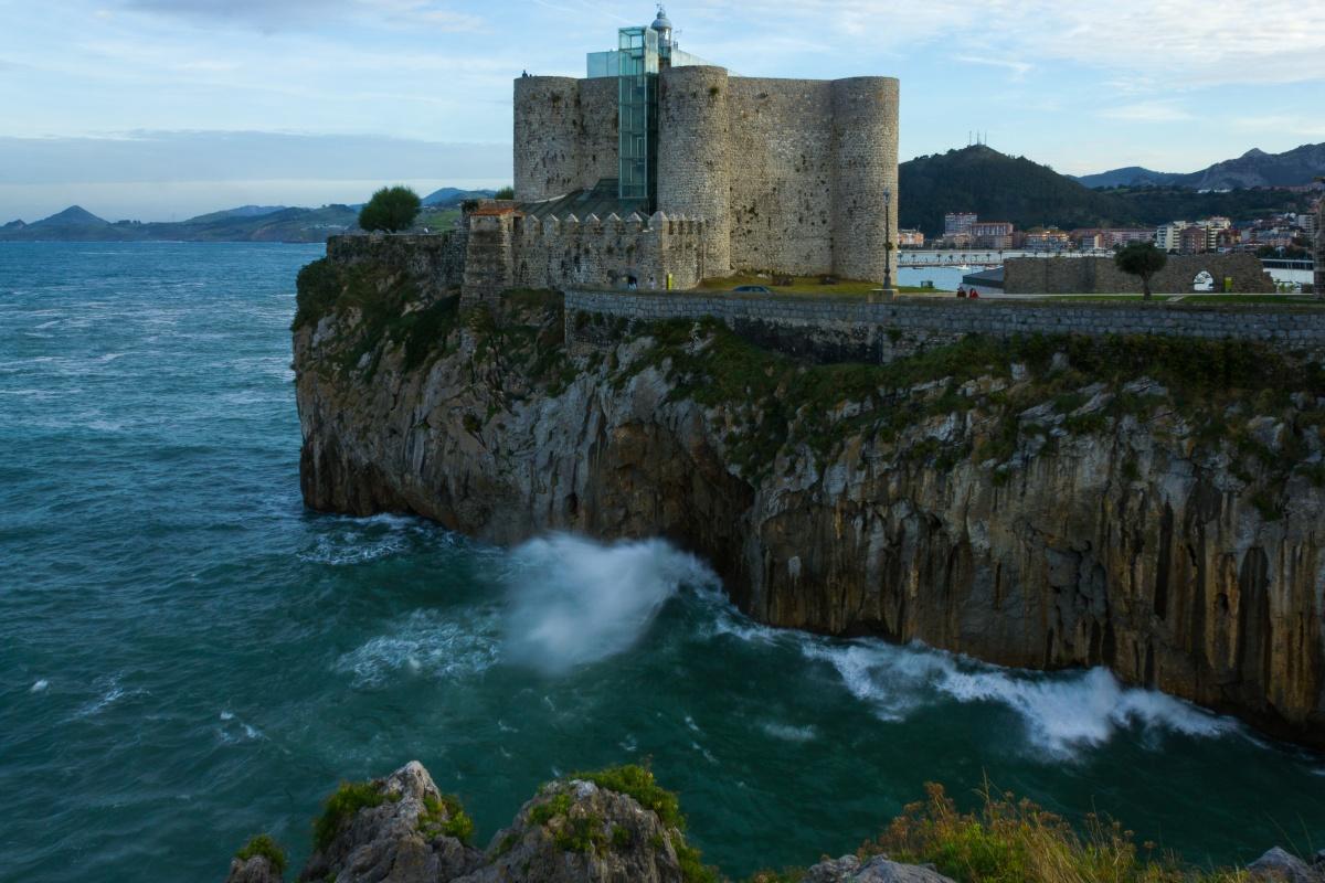 Faro del castillo de Santa Ana (Castro-Urdiales)
